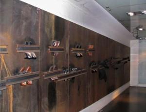"""Schuhwerk - Installation im Metrobahnhof """"Dante"""" von Neapel"""