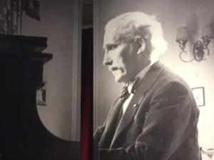 Arturo Toscanini (1867-1957) am Flügel in seiner Wohnung in New York